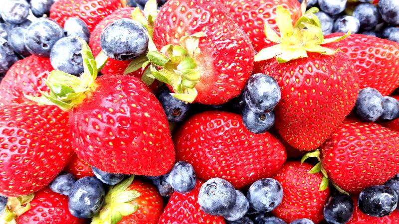 Bild von Erdbeeren und Heidelbeeren