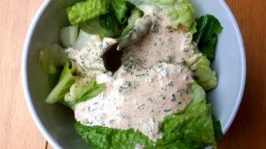 Foto von Salat mit Ranchdressing