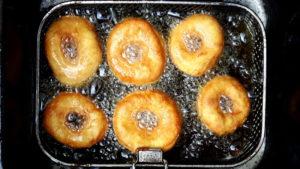 Foto von Donuts in der Fritteuse