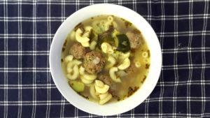 Foto von Fleischbällchen Suppe