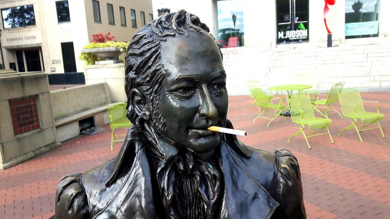 Statue mit Zigarette im Mund