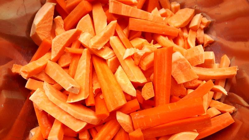 Foto von Möhren- und Süßkartoffelstücken