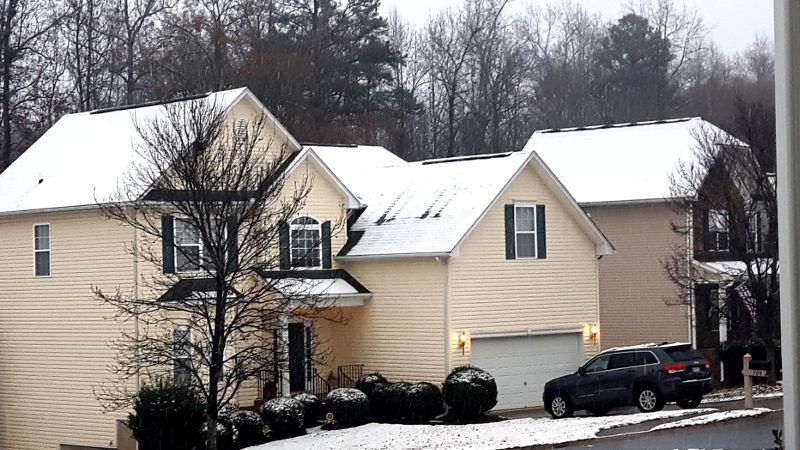Foto von eingeschneitem Haus