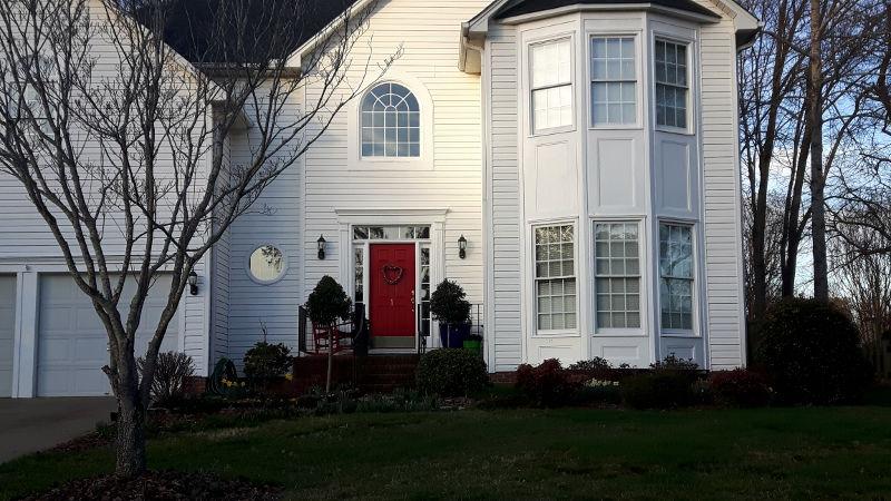 Foto von Haus mit roter Haustür