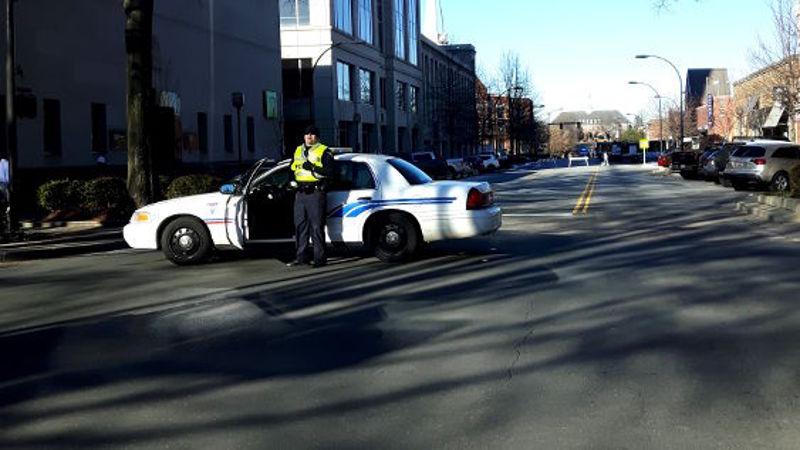 Foto von Polizist vor Polizeiauto